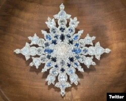 Broche de Safiros del Jubileo, regalado en 2017 por Canadá a la Reina Isabel de Inglaterra.