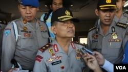 Kapolda Jawa Timur Irjen Pol.Unggung Cahyono memberi keterangan terkait penyergapan teroris di Tulungagung, Jawa Timur. (VOA/Petrus Riski)