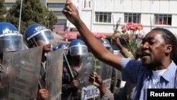 Manifestations à Harare, Zimbabwe, le 17 août 2016. (Reuters/Philimon Bulawayo)