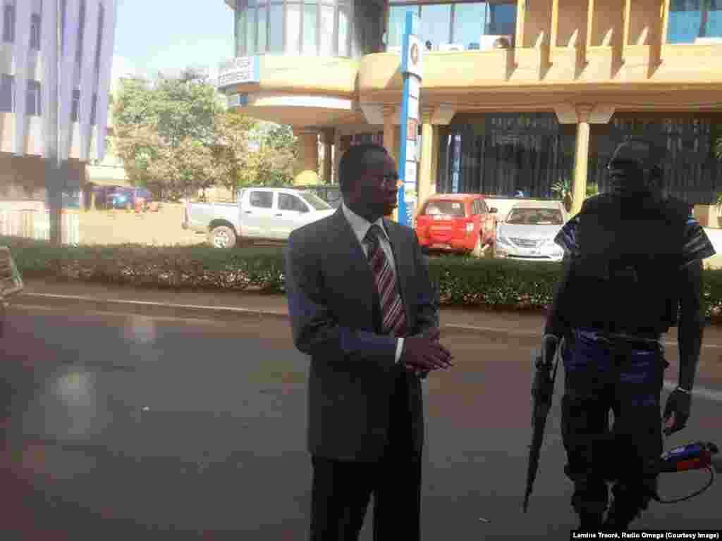 Le ministre de la Fonction publique Clément Sawadogo était parmi les otages de l'hôtel Splendid. Il est revenu sur les lieux le lendemain de l'attaque, samedi 16 janvier 2016. (Lamine Traoré, Radio Omega)