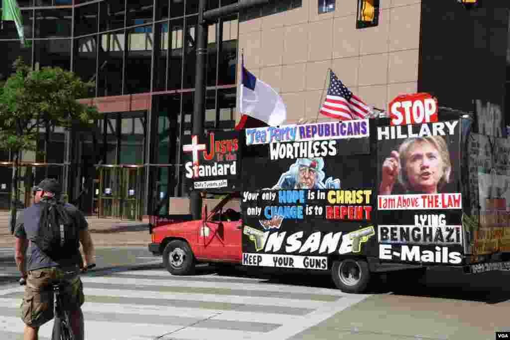 و البته کامیون کوچکی که علیه هیلاری کلینتون تبلیغ می کرد.