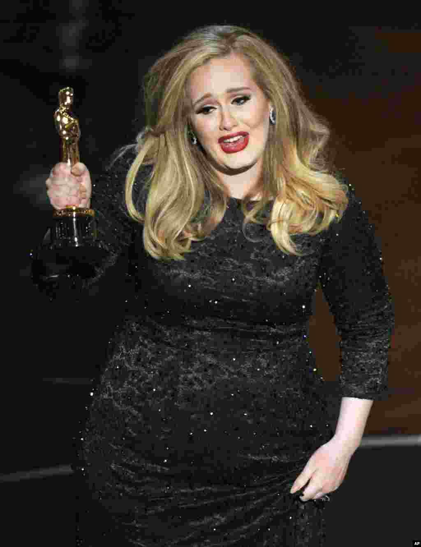"""La cantante Adele acepta el Premio Oscar por el Mejor Tema Original """"Skyfall"""" para la película del mismo nombre."""