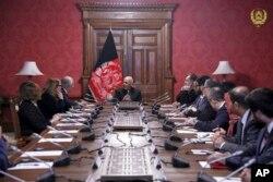 아슈라프 가니 아프가니스탄 대통령(가운데)이 28일 카불 대통령궁에서 잘메이 할릴자드 아프가니스탄 주재 미국 특사에게 미-탈레반 협상 관련 브리핑을 받고 있다.