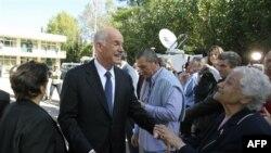 Thủ tướng Hy Lạp Papandreou (giữa) nói rằng năm qua là một năm khó khăn, tuy nhiên các nỗ lực cải cách kinh tế sẽ vẫn tiếp tục được thực hiện