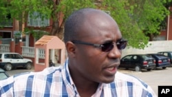 Rafael Marques falando a jornalistas depois de ter apresentado a quaixa-crime contra os generais angolanos, em Luanda (14 Nov 2011)
