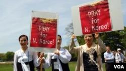 지난해 열린 한 행사에서 탈북자들이 북한 인권개선을 촉구하는 캠패인을 벌이고 있다. (자료사진)