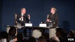 彭博新闻创办人、前纽约市长布隆伯格(左)与前世界银行行长、前美国副国务卿佐利克进行对话(美国之音莉雅拍摄)