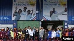 La secretaria de Estado, Hillary Clinton, y su esposo, el ex presidente Bill Clinton en Caracol Haití.