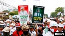 Para pendukung Rizieq Shihab bersiap menjemput pemimpin Front Pembela Islam (FPI) itu, di Jakarta, 10 November 2020. (Foto: Reuters)