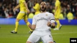 Karim Benzema du Real Madrid célèbre après avoir marqué un but contre Villarreal lors d'un match de la Liga, la première division espagnole de football, au stade Santiago Bernabeu, à Madrid, Espagne, 20 avril 2016. epa/ MARISCAL