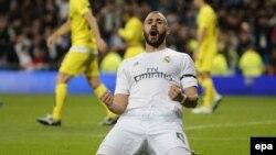 Karim Benzema du Real Madrid célèbre après avoir marqué un but contre Villarreal au stade Santiago Bernabeu, à Madrid, Espagne, 20 avril 2016. epa/ MARISCAL