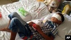 六岁男童郭斌在山西临汾附近农村遭到袭击并被挖去双眼后,在太原的一家医院休养。(2013年8月28日)