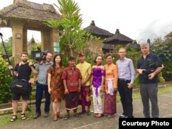 "Sutradara Livi Zheng bersama para kru dan pemain film ""Bali: Beats of Paradise"" di Bali (Dok: Livi Zheng)"