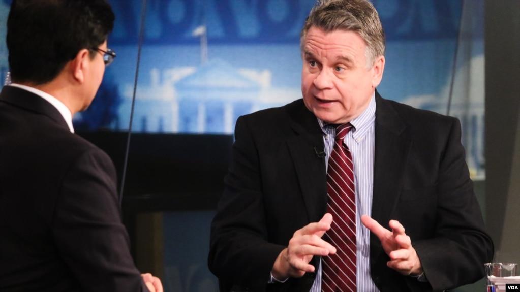 克里斯·史密斯眾議員接受美國之音電視專訪,談中國人權問題。 (2016年4月14日資料照)