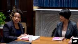 La alcaldesa de Baltimore Stephanie Rawlings-Blake, derecha, se reunió previamente con la fiscal general de EE.UU., Loretta Lynch.