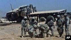 ژمارهیهک سهربازی ناتۆ بریندارێـکی خۆیان ههڵدهگرنهوه که بههۆی تهقینهوهیهک له ههرێمی قهندههاری باشوری ئهفغانسـتان برینداربووه، سێشهممه 13 ی دهی 2010