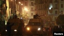 Polisi anti huru-hara menembakkan gas air mata ke arah para pemrotes di Kairo, Mesir, 6 April 2013. (Foto: dok).