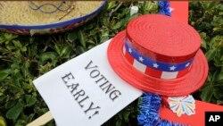 Un panneau indiquant le vote anticipé sur le gazon lors d'une célébration pour marquer le début du vote anticipé à l'extérieur du Jackson Memorial Hospital dans le Miami-Dade County, le 24 octobre 2016, à Miami, en Floride.