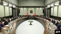 Cumhurbaşkanı Erdoğan 19 Ocak'ta Bakanlar Kurulu'na ilk kez başkanlık etmiş, bu durum önceki cumhurbaşkanlarının anayasal yetkiye sahip olsalar da ancak istisnai durumlarda kabineye başkanlık ettiği Türkiye'de büyük tartışmalara yol açmıştı.