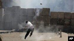 Стена из цементных блоков вокруг посольства США в Египте. Каир, 14 сентября 2012 года.