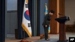박근혜한국 대통령이 지난 4일청와대에서 '최순실국정개입 의혹'과 관련하여대국민담화를발표한 뒤 머리숙여 사과하고 있다.