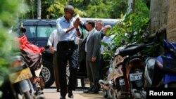 7일 라오스 루앙프라방을 방문한 바락 오바마 미국 대통령이 주민들의 환영에 손을 모아 답례하고 있다.