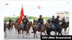 Đội Cảnh sát cơ động kỵ binh diễu hành trong buổi ra mắt trước Lăng Ba Đình, Hà Nội, vào ngày 8/6/2020. Ảnh chụp màn hình VOV.