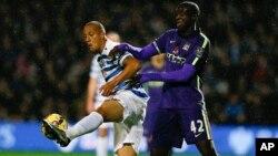 Bobby Zamora de QPR y Yaya Touré de Manchester City luchan por el balón en el partido por la Liga Premier.