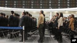 2일 한국 서울의 증권거래소에서 개장식에서 국민의례 중인 직원들.