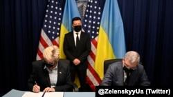 Міністр енергетики України Герман Галущенко та міністр енергетики США Дженіфер Гренгольм підписують спільну заяву між міністерством енергетики України та міністерством енергетики США