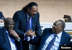 Constant Omari, président de la Fédération congolaise de football (Fecofa), à gauche, discute avec l'ancien président de la Confédération africaine de football (Caf), Issa Ayatou, à droite