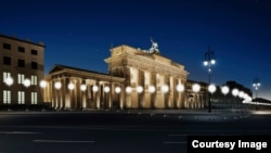 柏林墙倒塌25周年前,照片上的灯光链再现该墙遗址。