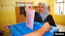 20일 이라크 서부 안바르 주와 북부 니네바 주에서 지방선거가 진행되는 가운데, 바그다드 북부 모술시 투표소에서 여성 유권자가 투표하고 있다.