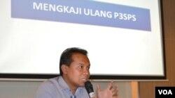 Komisioner KPI Rahmat Arifin menegaskan tidak boleh satupun lembaga penyiaran khususnya televisi menayangkan iklan politik hingga dimulalinya masa kampanye pemilu 2014. (VOA/Andylala Waluyo)