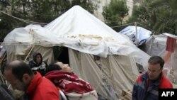 Một di dân từ Bắc Phi trong nhóm tuyệt thực được nhân viên y tế đưa đi
