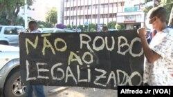 Estudantes da Universidade Eduardo Mondlane protestavam, na Praça da Independência, contra as regalias para os agentes e funcionários parlamentares