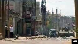 录像显示抗议者6月17日正在躲避坦克