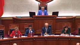 Tiranë: Ndizen debatet e parlamentit mbi dekriminalizimin