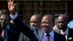 Tổng thống tấn cử Kenya Uhuru Kenyatta chào các ủng hộ viên