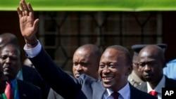 ကင္ညာေရြးေကာက္ပြဲအႏုိင္ရ Uhuru Kenyatta ေထာက္ခံသူေတြကို လက္ျပႏႈတ္ဆက္ေနစဥ္။ (မတ္လ ၉ ရက္၊ ၂၀၁၃)။