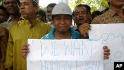 Người sắc tộc Rohingya tại Malaysia khóc trong cuộc biểu tình kêu gọi chấm dứt bạo động nhắm vào cộng đồng người Rohingya ở Miến Ðiện