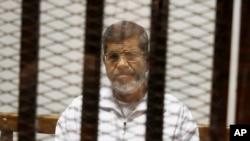 iyi foto yafashwe itariki 8/5/2014 yerekana uwahoze ari perezida Mohammed Morsi muri sentare y'igiporisi i Cairo, Misiri.