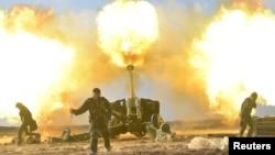 이라크 정부군이 지원하는 민병대 PFM가 28일 모술 서부의 ISIL 진지를 향해 포를 쏘고 있다.