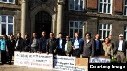 中国海外民运领袖魏京生(中间着皮衣者)等在哥本哈根丹麦国家警察部(即国际刑警组织在丹麦相应组织)前抗议。(魏京生基金会提供)