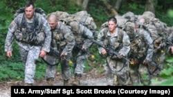 Nữ binh sĩ trong buổi huấn luyện trên núi Yonah, Cleveland, Georgia, ngày 14 tháng 7 năm 2015.