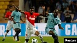 Adama Diakhaby de l'AS Monaco, à gauche et Danilo Pereira du FC Porto, lors d'un match de ligue des champions au Stade Louis II, Monaco le 26 Septembre 2017