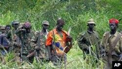 Des rebelles ougandais de l'Armée de résistance du Seigneur (LRA) à la frontière entre la RDC et le Soudan, 31 juillet 2006.