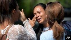 Familiares lloran tras enterarse de la muerte de seres queridos en un motín carcelario en el estado Carabobo, Venezuela, el jueves, 29 de marzo, de 2018.