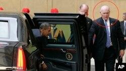 El entonces agente del Servicio Secreto, Joseph Clancy (círculo) abre la puerta de la limosina presidencial en 2009. Clancy ha sido nombrado jefe interino de la agencia.
