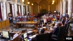 洛杉矶市议会讨论最低工资(美国之音国符拍摄)